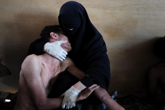 world-press-photo-of-the-year-2012-samuel-aranda-wounded-son-sanaa-yemen-la-pieta
