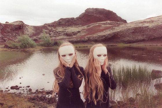 identical-twins-erna-hrefna-photography-iceland-ariko-inaoka-10